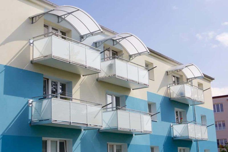 Zastřešení nad horním balkonem