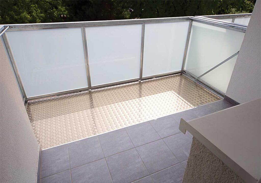 Vnitřní pohled na balkon pro rozšíření betonové lodžie