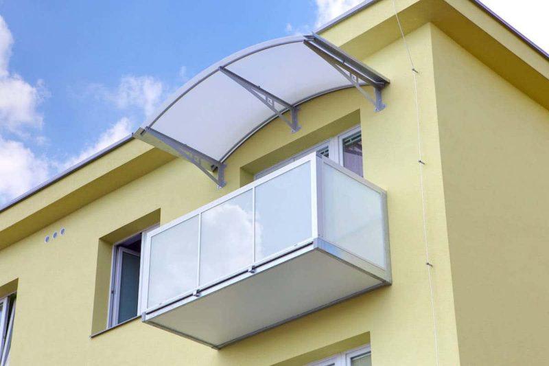 Nový balkon přisazený přímo k fasádě domu.