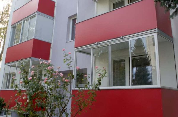 Zasklívání jednotlivých balkonu na zrekonstruovaném bytovém domě