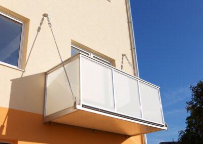 Balkon uchycený stropními táhly
