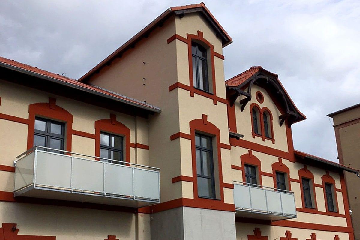 atypický závěsný balkon