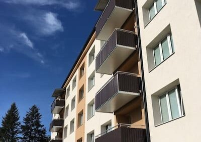 Závěsný balkon s trapézovým opláštěním