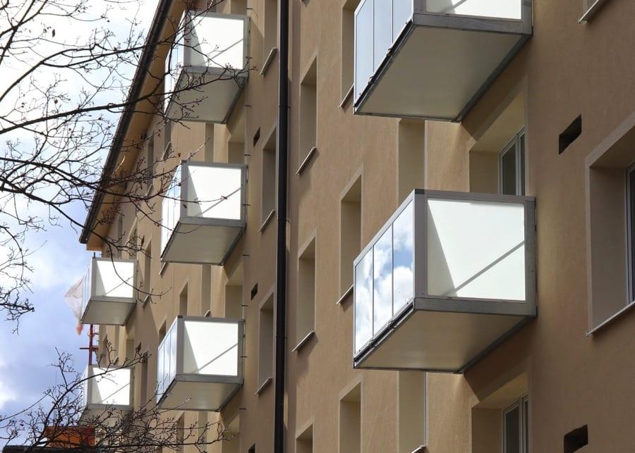 Závěsný ocelový balkon s hliníkovým opláštění
