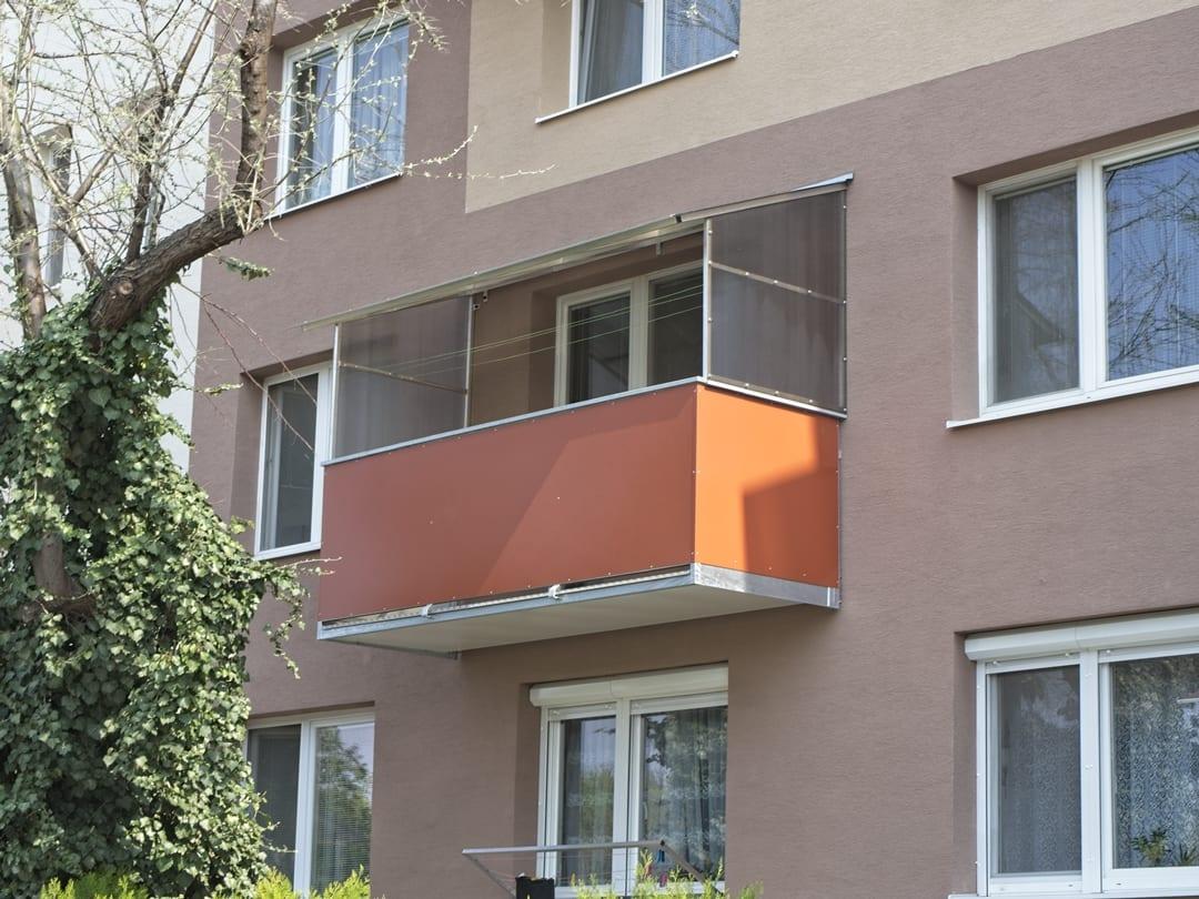 balkony se stříškou a bočními zástěnami