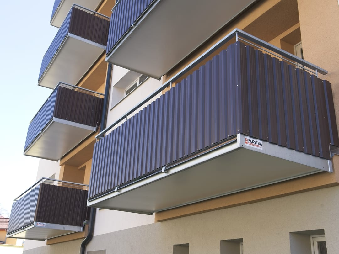 Předsazená balkonová konstrukce před stávající lodžie.