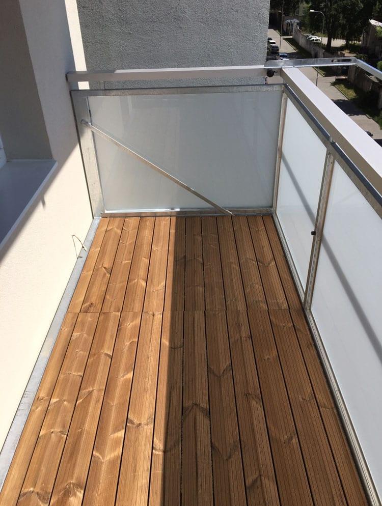 balkon s dřevěnou podlahou