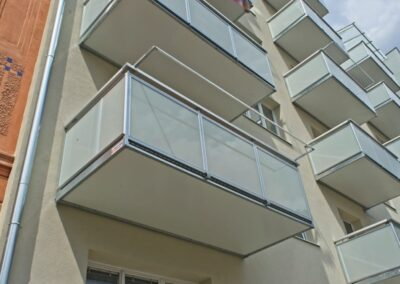 Balkony přisazené k fasádě