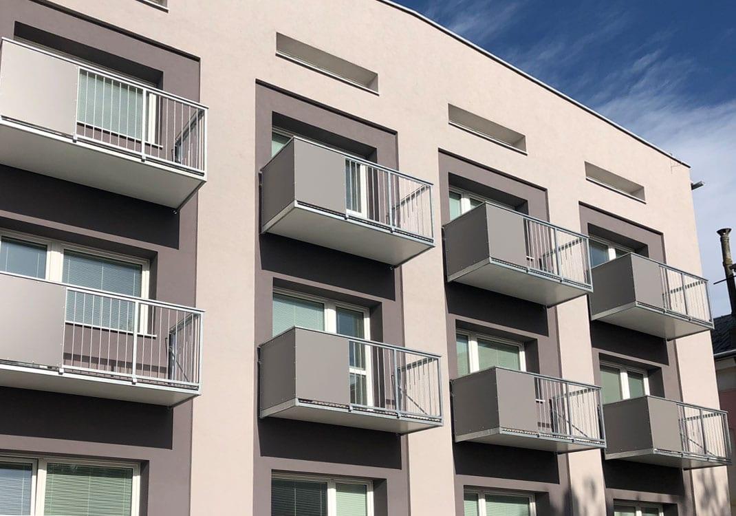 Závěsný atypický balkon
