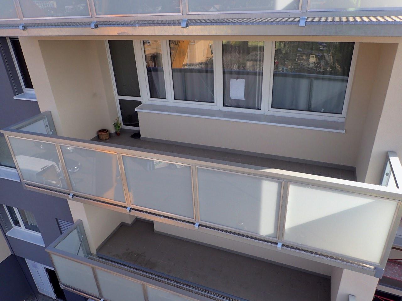 Závěsný balkon šíře 6 m